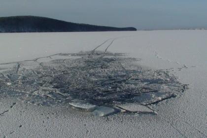 ВЮгре мужчина провалился под лед. cотрудники экстренных служб приступили кпоискам тела