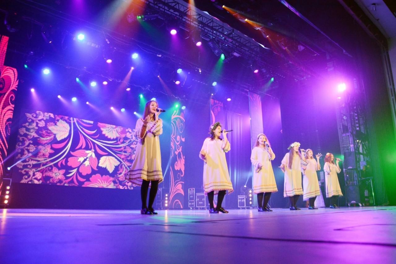 На День нефтяников в Нижневартовске организовали концерт для ветеранов города