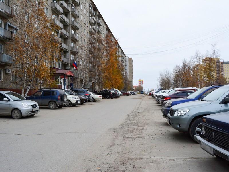 Возле нижневартовской окружной больницы №2 обустроили автопарковку