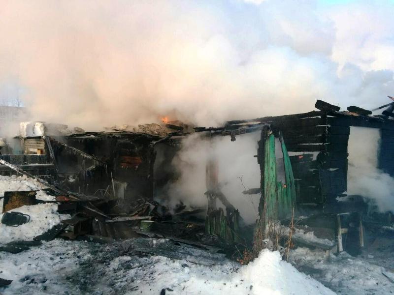 «А как иначе, живой же». Пожарные вызволили котенка из горящего дома